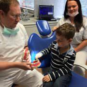 Zahnarzt Gollnow erklärt Kindern Zahnmedizin, damit Sie keine Angst vor einer Behandlung haben.