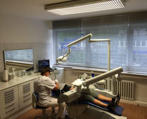 Mit Bleaching zu helleren Zähnen. Zahnarzt Gollnow zeigt wie es geht.